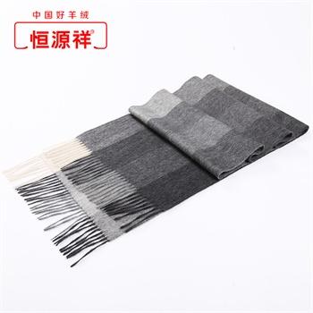 米色大衣灰色围巾搭配图片